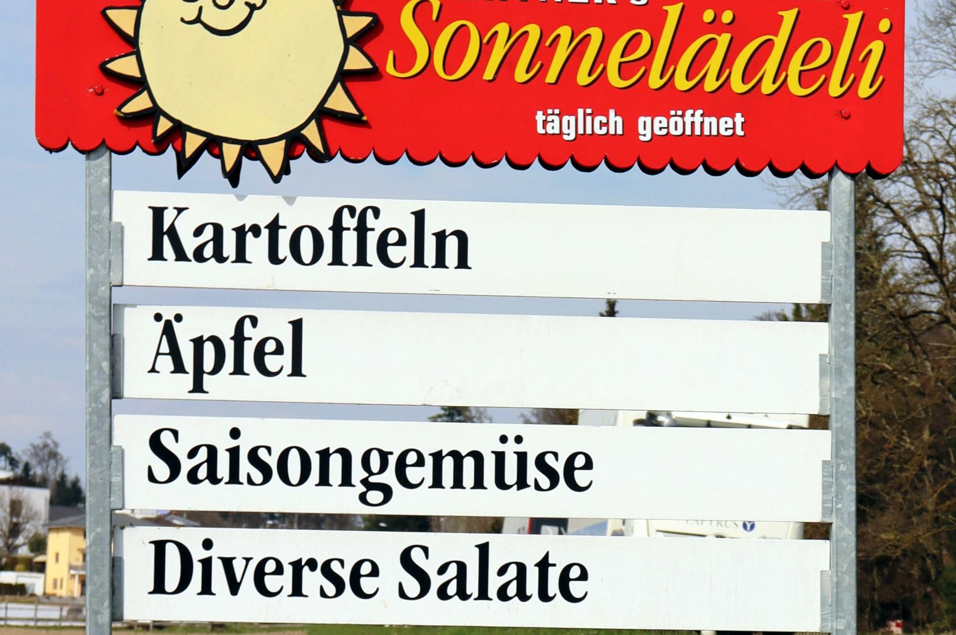 Foto: Verkaufstafeln von Hofläden